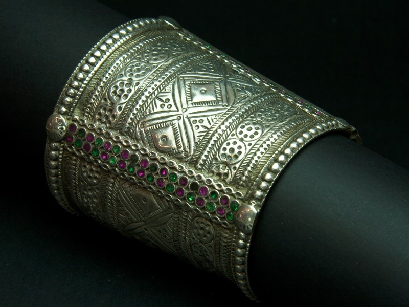Cómo combinar brazaletes de plata